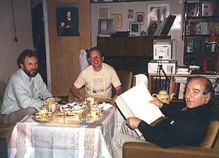 With Francesco Hoch and Avet Terterian in Moscow apartment, 1990